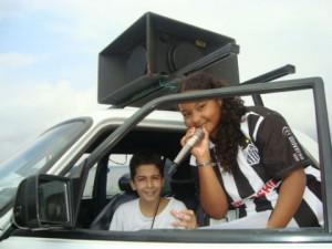 Jovens em carro de som anunciando o mapeamento