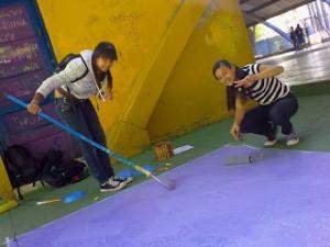 Jovens pintam área comum da escola