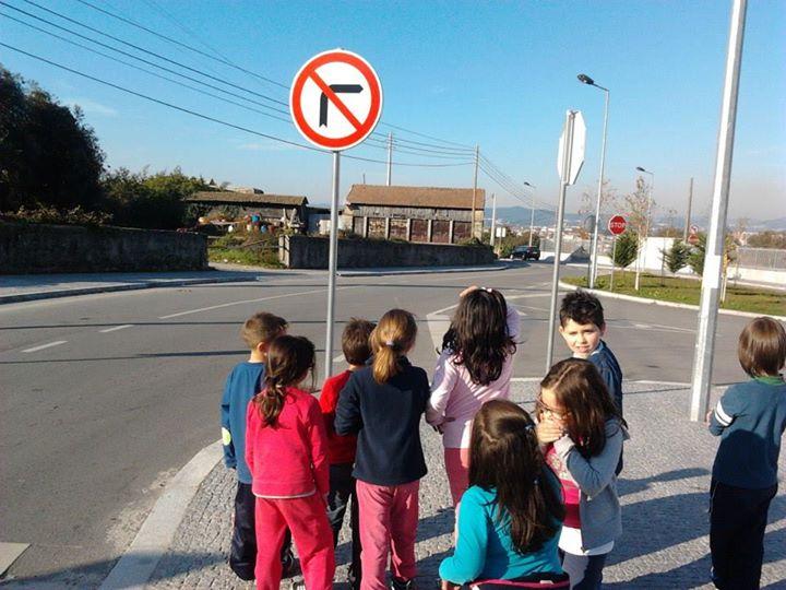 Grupo em pesquisa sobre trânsito na comunidade. Foto: Divulgação