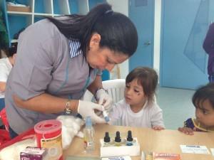 Agente de saúde explica e realiza tipagem sanguínea das crianças. Foto: Reprodução
