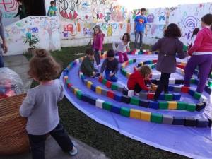Crianças constroem labirinto/ Divulgação