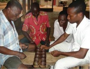 Moradores de Lokossa jogam adjí.