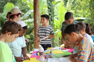 Estudantes em aula de artes no Viver. Foto: Centro de Referências