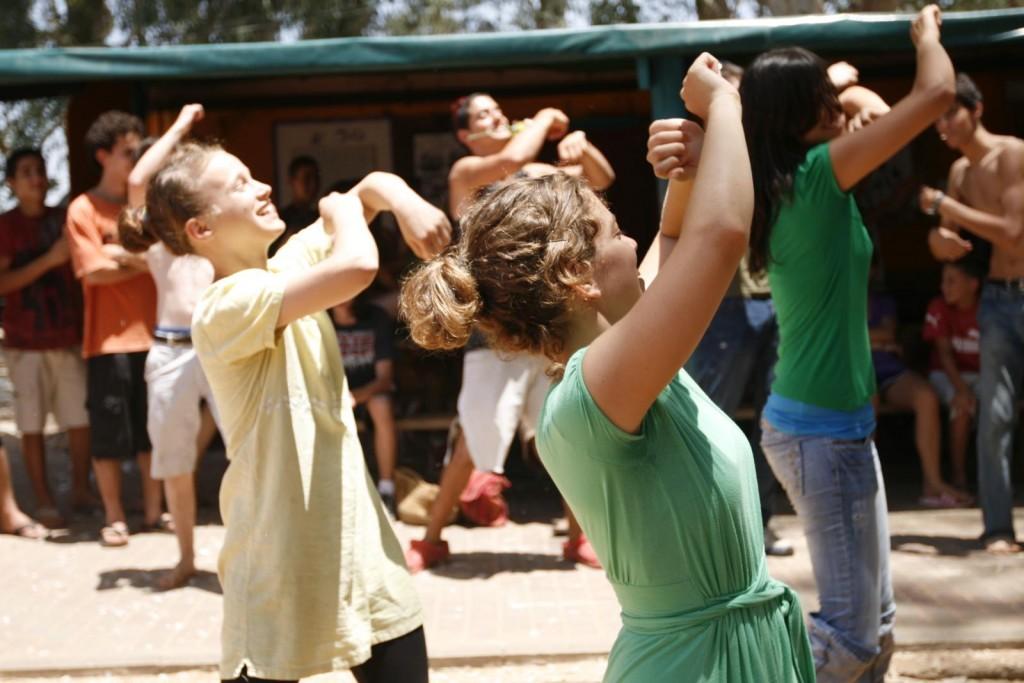 Estudantes em atividade na escola. Crédito: Naan Stavy/ Flickr
