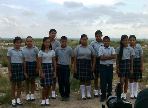 Grupo de alunos que obtiveram notas elevadas (Foto: Escola Primária José Urbina Lopez)
