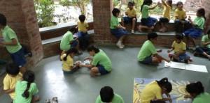 Na Riverside, os estudantes começam um dia com uma reunião para planejar as atividades.
