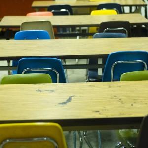 sala de aula carteiras escola colegio - foto de frankjuarez_materiais