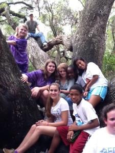 Estudantes em uma das expedições pela comunidade. Foto: Reprodução