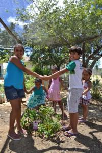 Crianças apresentam o quintal da escola. Foto: Andreia Coelho