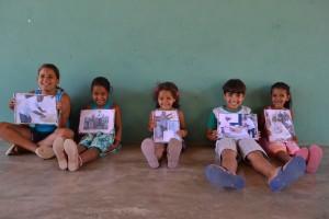 Crianças apresentam trabalho feito com as histórias do sertão. Foto: Andreia Coelho