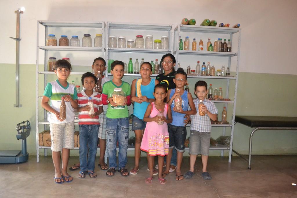Foto_Andreia_Coelho_Prof Izabel e alunos no banco de sementes da escola