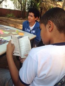 Estuantes aprendem enquanto discutem. Foto: Pé na Escola