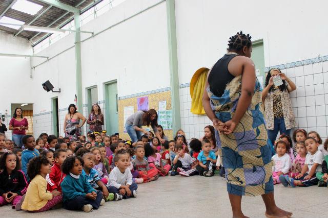 Educadores encenam a história de Obax, uma garotra sonhadora que vive na savana africana