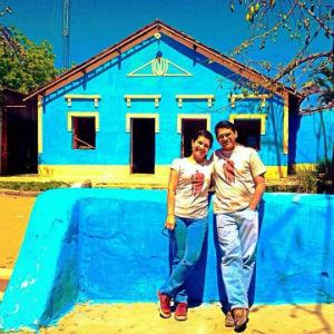 O casal fundador diante daquela que foi a casa grande de um engenho (Foto: Reprodução)