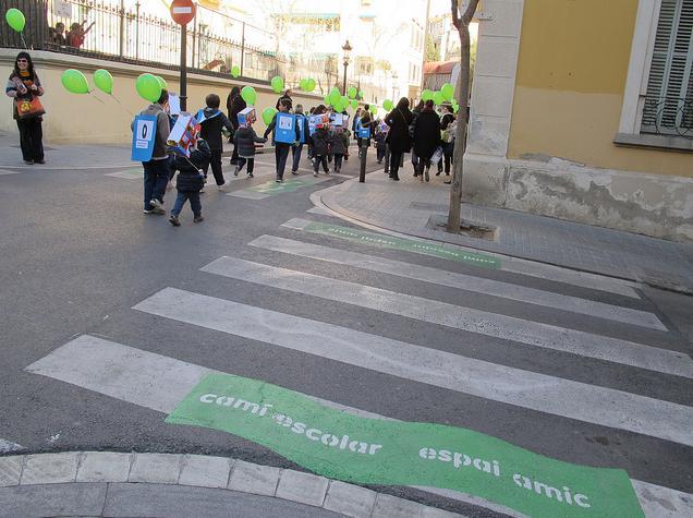 Inauguração do Caminho Escolar conta com atividades lúdicas que envolvem a comunidade (Foto: Ajuntament de Barcelona)