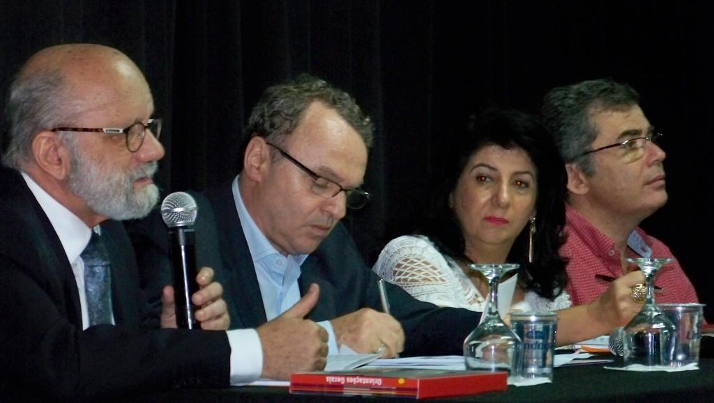 Da esquerda para direita: Fernando Almeida (SME), Rogério Sottili (SMDHC), Emilia Cipriano (SME) e Ivo Herzog (Instituto Vladimir Herzog) durante lançamento do material.