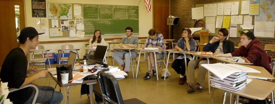Estudantes se reúnem na Monument Mountain Regional High School
