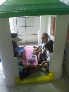 Crianças na casa de plástico do Ateliê Faz de Conta.