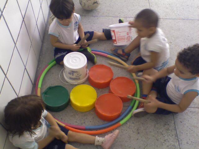 Crianças em atividade de música.