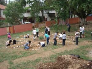 Mutirão para a construção da horta em mandala na EMEI Dona Leopoldina (2012).