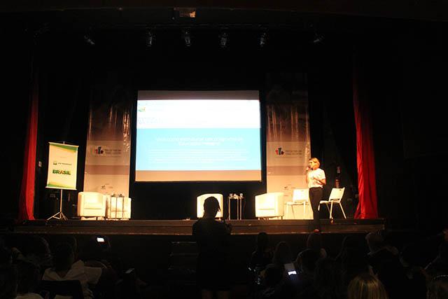 Julia Dietrich, da Associação Cidade Escola Aprendiz, apresenta plataforma Na Prática