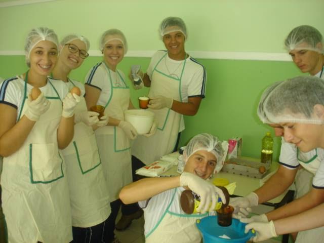 Alunos da escola Gertrud Aichinger em projeto Cozinhaterapia.