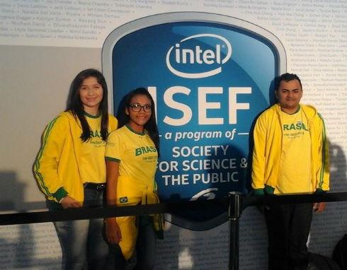 Maria Vanessa, Natanna e o professor da escola, Fernando Nunes na feira Intel Isef