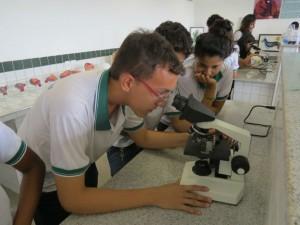 Estudantes do Júlio França em aula no laboratório.