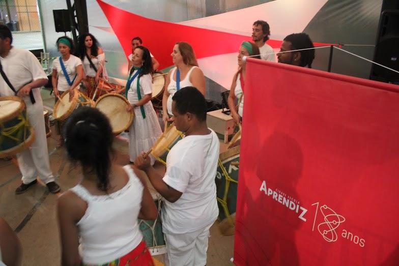 Evento começou com uma apresentação de maracatu do grupo Baque Livre, dos alunos da EMEF