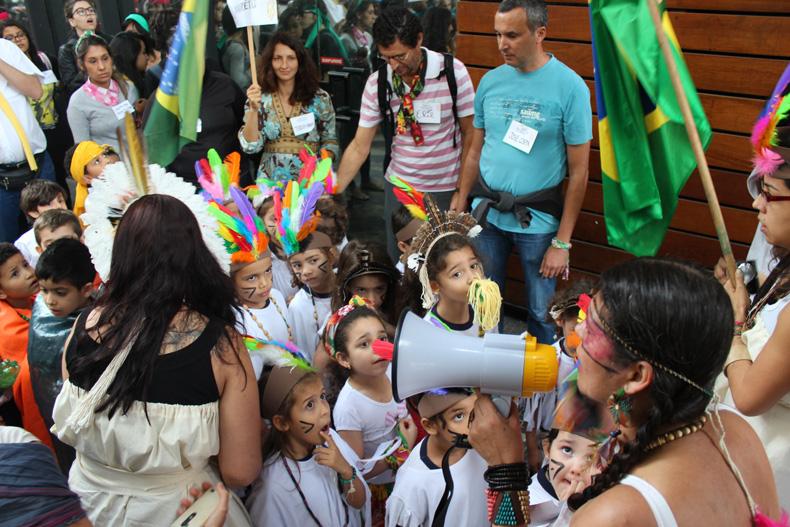Cortejo poético reuniu escolas pelas ruas de SP / Crédito: Danilo Mekari