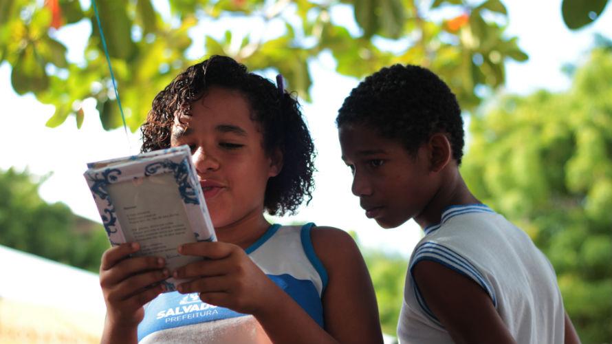 Alunos realizam atividade de leitura em praça do Rio Vermelho. Crédito: Divulgação