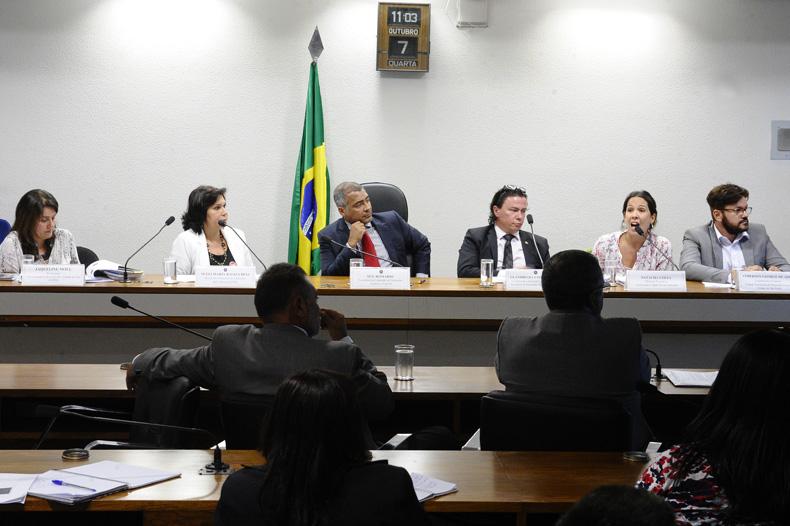 Da esquerda para a direita: Jaqueline Moll, Sueli Dias, senador Romário, Leandro Fialho, Natacha Costa e Anderson de Assis