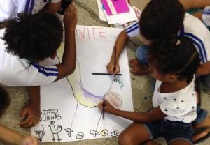Na Emaus, os estudantes pensam um tema que será trabalhado na sala de aula por todo ano.