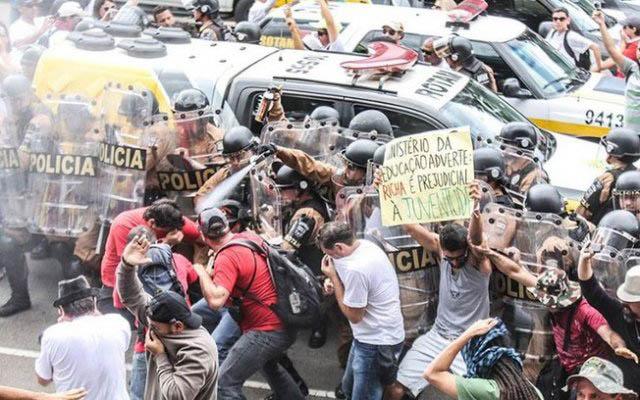 Professores se manifestam no Paraná / Crédito: Jeso Carneiro