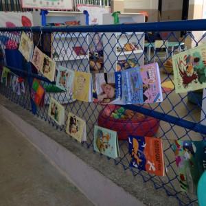 Varal de livros que busca incentivar a leitura de livros pelos pais para os filhos.