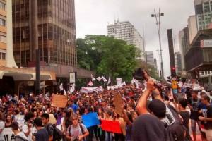 Estudantes e professores fazem protesto contra as medidas do governo estadual