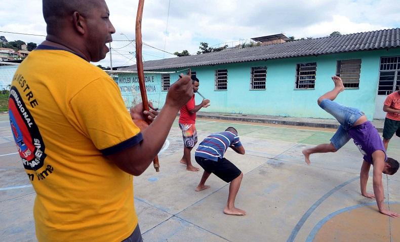 Jovens praticam capoeira em escola de MG. Crédito: Omar Freire/Imprensa MG