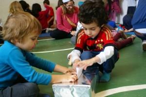 Crianças em atividade na escola. Créditos: Divulgação