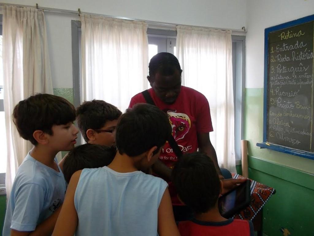 Crianças conhecem sobre o repertório de brincadeiras africanas.