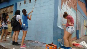 Estudantes pintam escola ocupada na Zona Leste de São Paulo