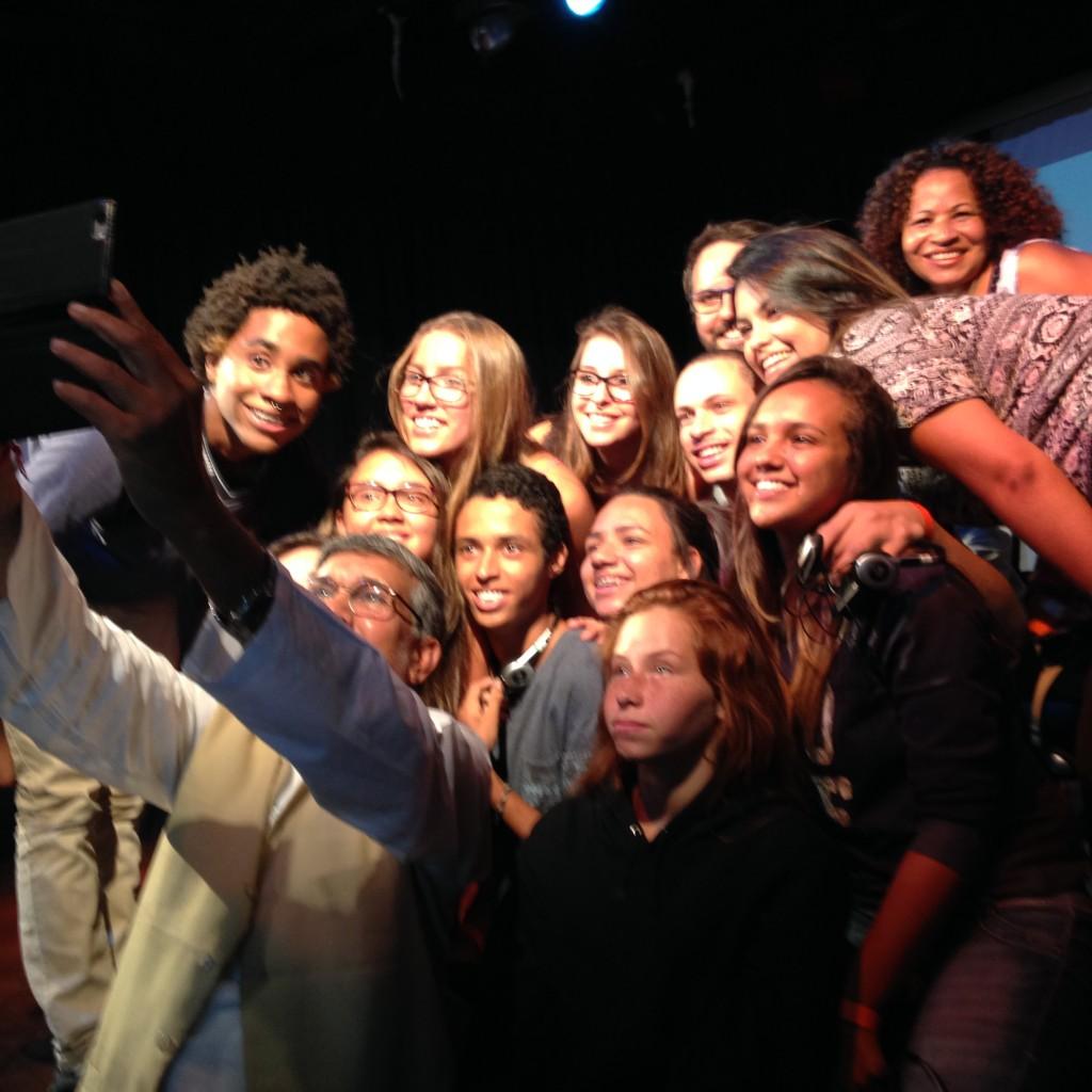 Estudantes secundaristas e Kailash tiram uma selfie após o debate. Crédito: Caio Zinet