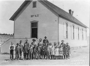 """""""O estado de Massachussetts se tornou a primeira colônia a tornar a educação obrigatória, sob o objetivo de transformar as crianças em bons Puritanos"""""""