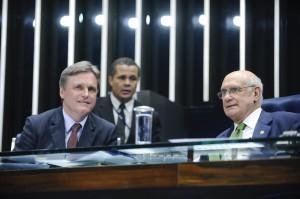 O senador Dario Berger (esq.) assina junto com o Paulo Paim o projeto de lei sobre educação integral