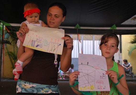 Samira, acompanhada da mãe, mostra seu projeto para o Glicério. / CRédito: Pedro Nogueira