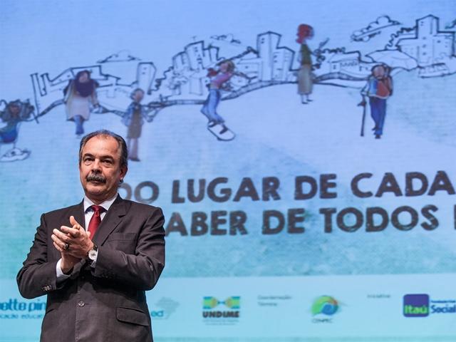 Aloízio Mercadante, ministro da educação, durante lançamento da 5ª edição da Olimpíada. Crédito: divulgação