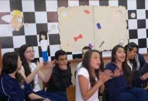 Estudantes em aula sobre sexualidade