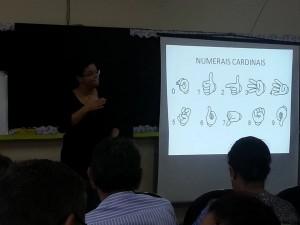Familiares e comunidade também são inseridos no ensino da Libras.