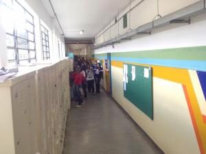 Os alunos ficam na escola por cerca de 9 horas por dia.