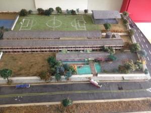 Estudantes criaram uma maquete que fica na entrada da escola