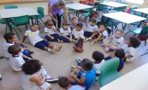 Crianças em roda estudam a história de Manuel Filho